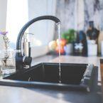 Wie befreit man sein Waschbecken auf natürliche Weise von Verstopfungen?