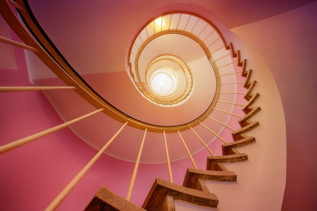 Wendeltreppe mit rosa Wand