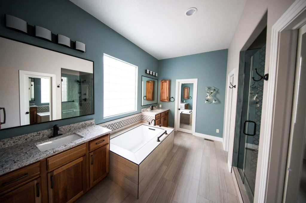 großes Badezimmer, blau gestrichen mit großer Badewanne