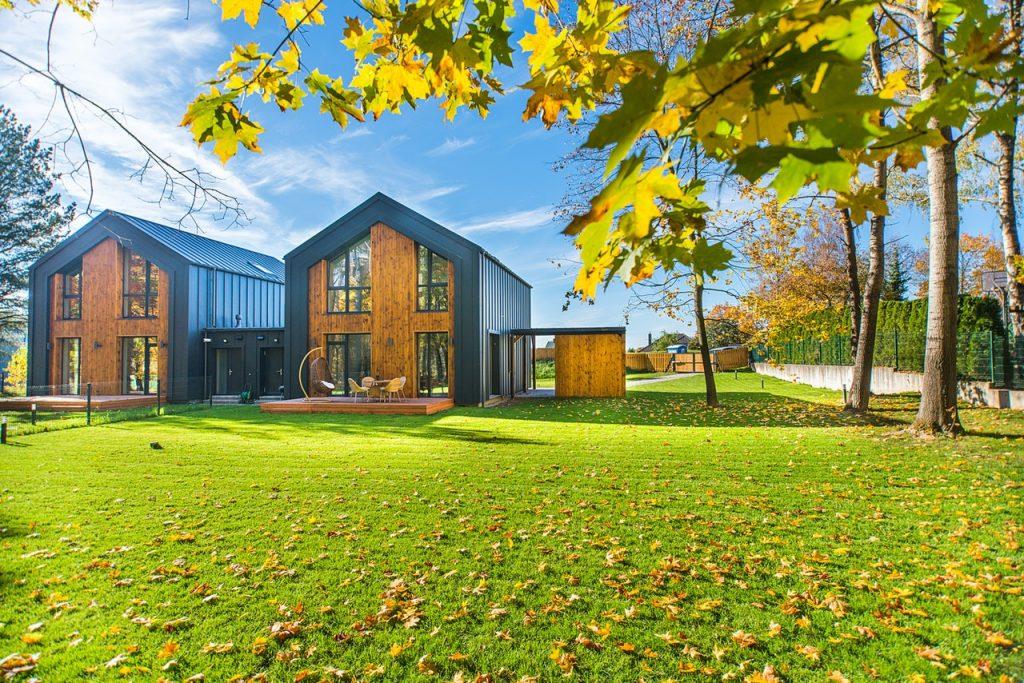 modernes ökologisches Haus auf großem Rasengrund
