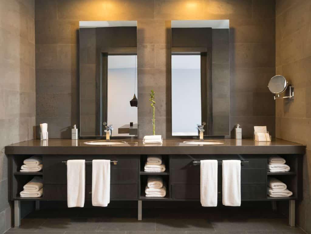 Badezimmer Doppelwaschbecken, zwei Spiegel